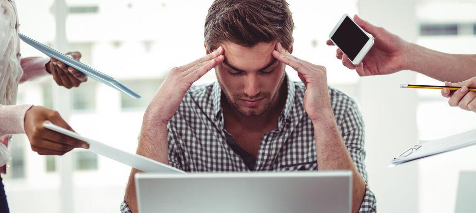 Mann_Stress_Multitasking - Ständiger Stress ohne ausreichende Erholungspausen kann schnell problematisch werden. Unser Körper schickt uns Warnsignale, wenn es ihm zu viel wird. - © Shutterstock