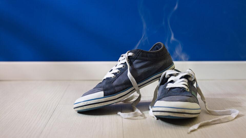 """Füße Schuhe Gestank Geruch - Wenn Sie unter Schweißfüßen leiden, sollten Sie die Schuhe täglich wechseln, damit sie """"atmen"""" und trocknen können. - © Shutterstock"""
