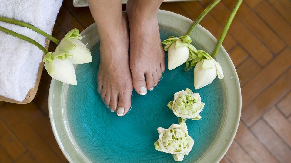 Füße - Fußbäder fördern die Durchblutung und weichen die Hornhaut auf. - © Shutterstock