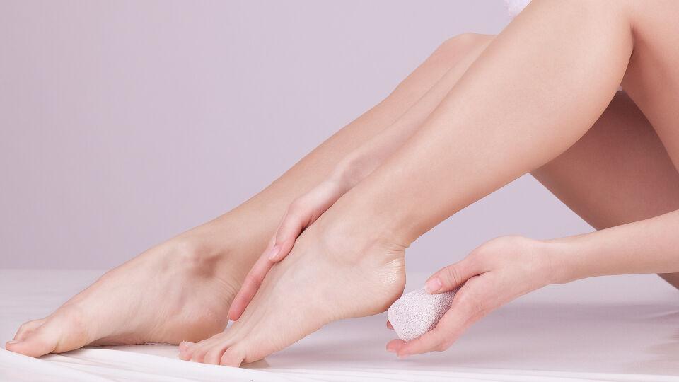 Füße - Starke Hornhaut wird mit einem natürlichen Bimsstein, einem Hornhautschwamm aus Muschelkalk oder einer Hornhautfeile abgerubbelt. - © Shutterstock