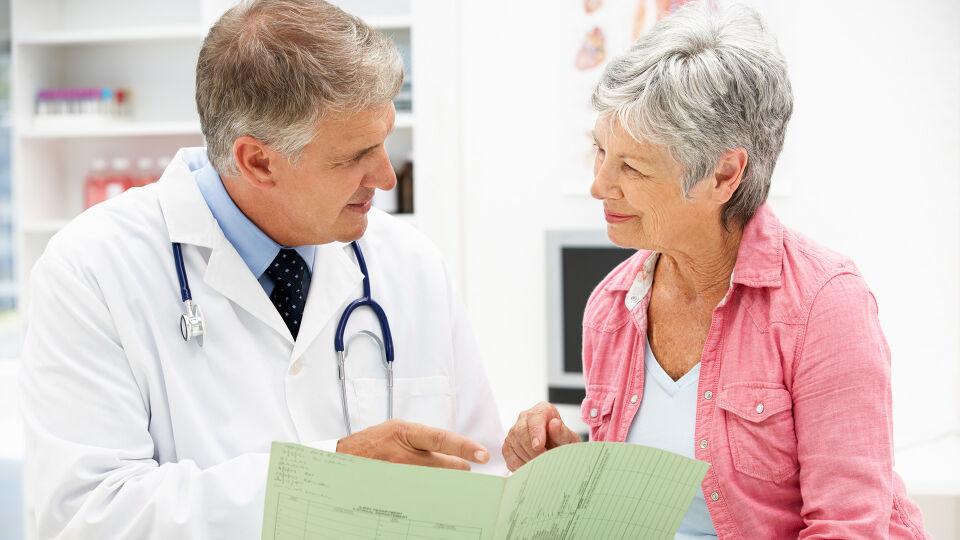 Arzt Patient - Es sind mehr Frauen als Männer von Osteoporose betroffen. - © Shutterstock