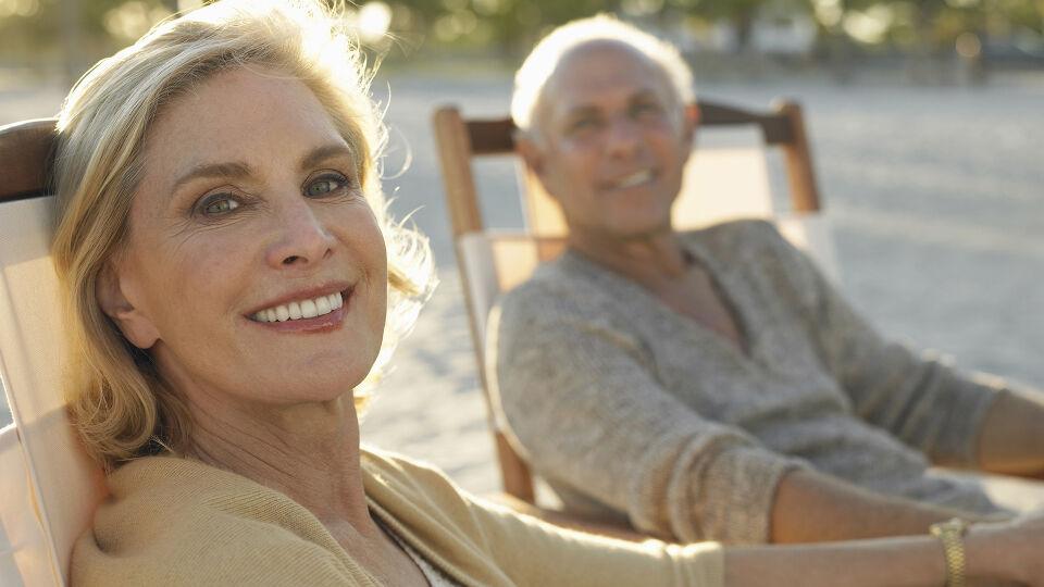 Paar Senioren entspannt - Die geringe Sonneneinstrahlung in den Wintermonaten, eine unzureichende Versorgung über die Ernährung und die Verwendung von Sonnenschutzmitteln mit hohem Lichtschutzfaktor kann zu einem niedrigen Vitamin-D-Spiegel führen. - © Shutterstock