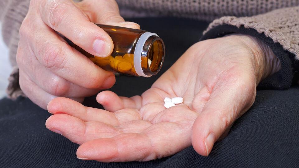 Tabletten Hände_Medikamente - Wer Osteoporose-Medikamente einnehmen muss, tut das mit dem Ziel Knochenbrüchen vorzubeugen. Konsequenz ist hierbei sehr wichtig. - © Shutterstock