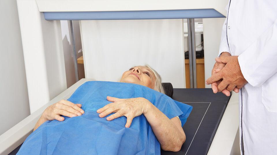 Frau Untersuchung_Osteoporose - Die Knochendichtemessung wird im Liegen durchgeführt und ist völlig schmerzfrei. - © Shutterstock