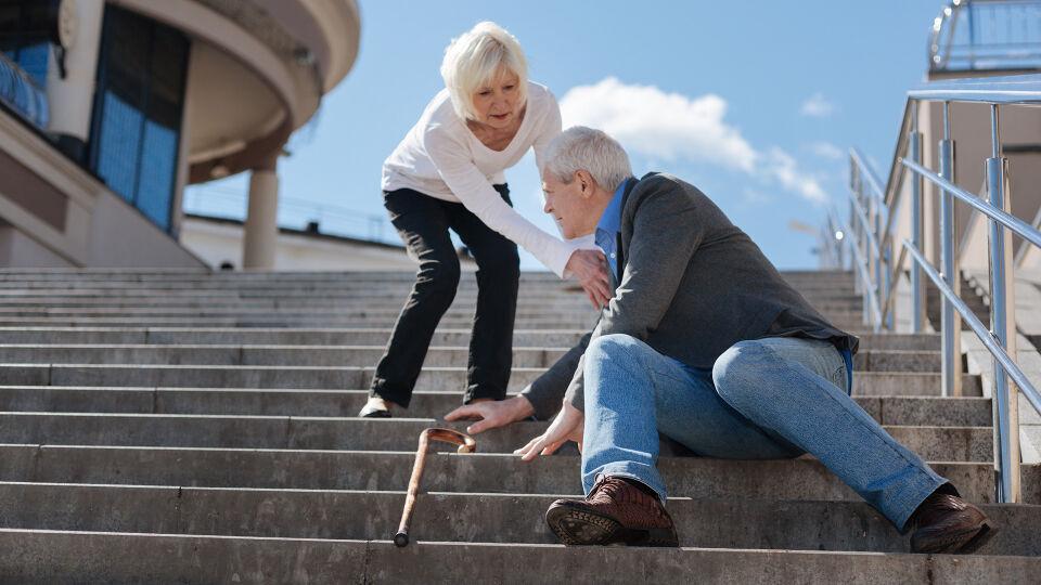 Mann Treppe Sturz Senior - Da die Sturzgefahr bei älteren Menschen erhöht ist, kommt es bei ihnen auch häufiger zu Frakturen. - © Shutterstock