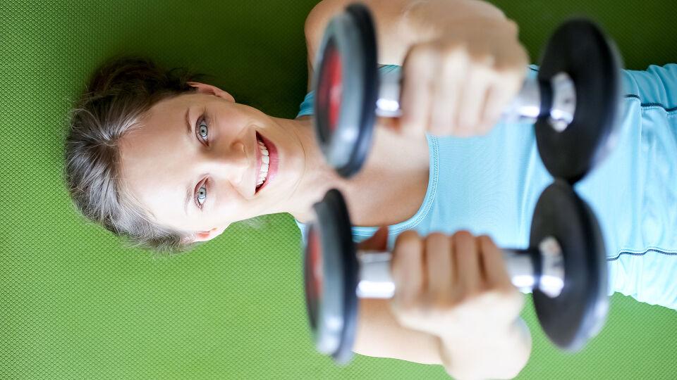 Frau Gewichte Arme_Training - Ziele: Knochenaufbau stimulieren, Knochenabbau einbremsen. - © Shutterstock