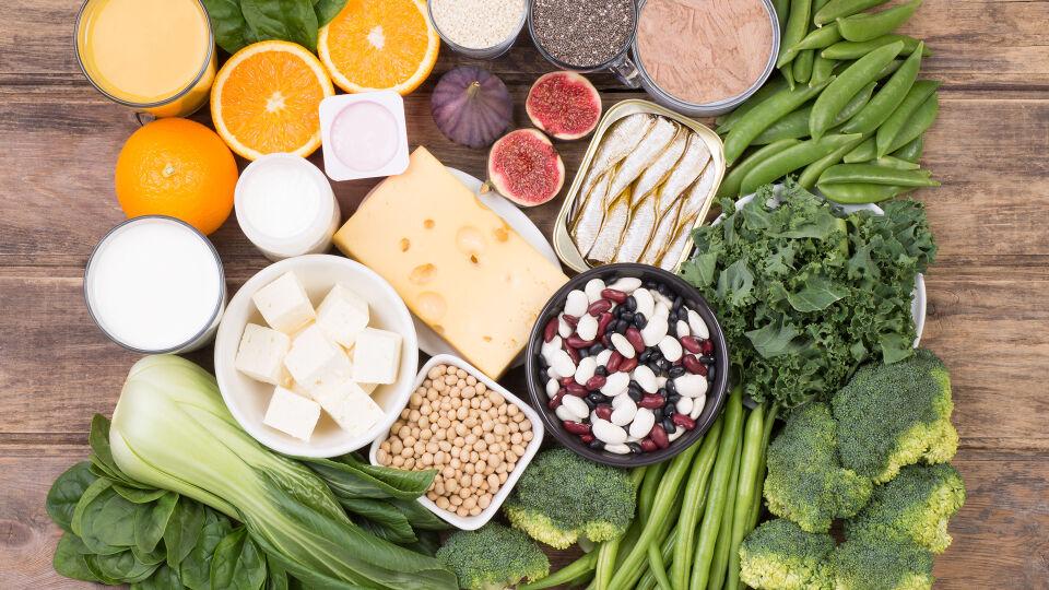 Ernährung - Besonders viel Kalzium steckt in Milchprodukten und in grünem Gemüse. - © Shutterstock